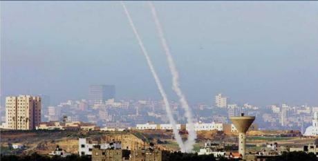 Gulungan asap membubung di udarasetelah 2 roket ditembakkan dari jalur Gaza ke target Israel, Jumat 09-01 (AP PHOTO/ANJA NIEDRINGHAUS)