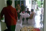 Mega & JK menimati menu makan siang